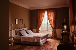 A bed or beds in a room at Château Laborde Saint Martin