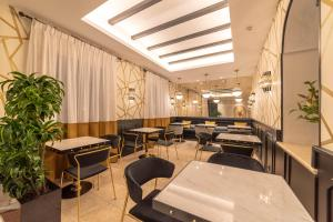 A restaurant or other place to eat at Hotel Claude Marbella