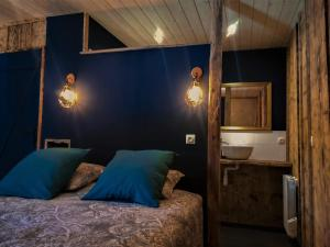 A bed or beds in a room at Domaine Moulin la Place