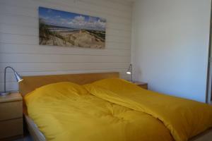 A bed or beds in a room at VAKANTIEWONING 'NOORDERSTEK'