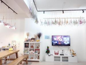 A television and/or entertainment center at Girlish Heart B&B