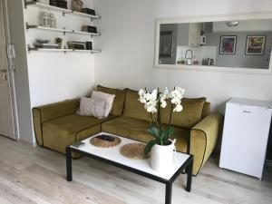 A seating area at Luxury Central Apartment