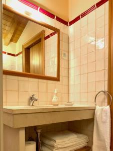 A bathroom at Casal Frias