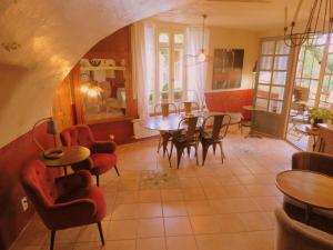 The lounge or bar area at Les Buis de Lussan