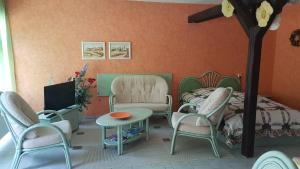 Ein Sitzbereich in der Unterkunft Zimmervermietung Dalberg