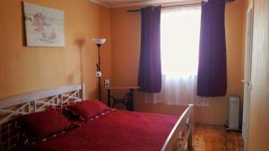 A bed or beds in a room at Viesu nams Klāņas