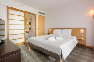 A bed or beds in a room at Novotel Berlin Am Tiergarten