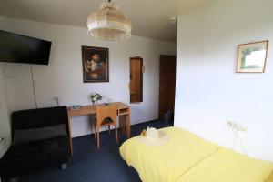 Ein Bett oder Betten in einem Zimmer der Unterkunft Hotel-Pension- Vesperstube Waldblick