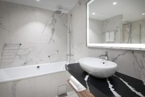 A bathroom at Radisson Blu Scandinavia Hotel, Oslo