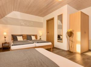 A bed or beds in a room at Gästehaus Glück -garantiert Eintrittskarten für den EP-