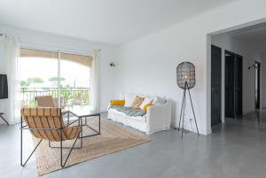 A seating area at APPARTEMENT DAHO