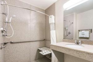 A bathroom at Wingate by Wyndham Moab