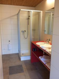 Ein Badezimmer in der Unterkunft Wäldermetzge Hüttenzimmer