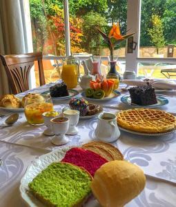 Breakfast options available to guests at Varanda das Bromélias Med Spa
