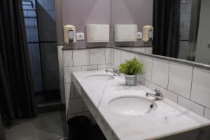 A bathroom at HelloBCN Youth Hostel Barcelona