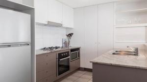 A kitchen or kitchenette at Oaks Brisbane on Felix Suites
