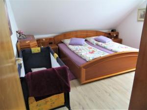 Ein Bett oder Betten in einem Zimmer der Unterkunft Ferienwohnungen Engelsgaertchen