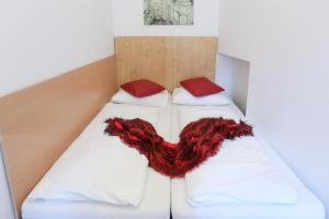 A bed or beds in a room at Queens Apartments