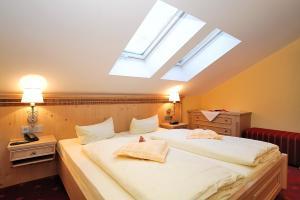 Postel nebo postele na pokoji v ubytování Romantik Hotel Böld