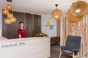 Hol lub recepcja w obiekcie Hotel La Siesta & Medical Spa