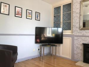 A television and/or entertainment center at Lovely and clean Chatham homestay