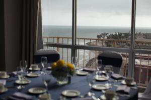 A restaurant or other place to eat at Crowne Plaza Hotel Ventura Beach