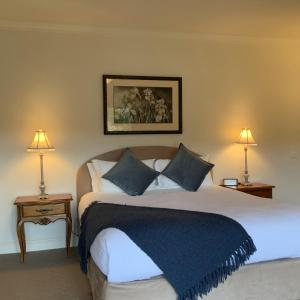 A bed or beds in a room at Delderfield Cottages