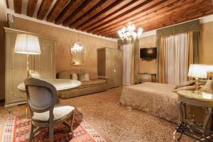 A bed or beds in a room at Hotel Al Ponte Mocenigo