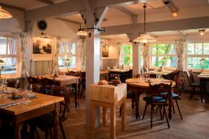 Ein Restaurant oder anderes Speiselokal in der Unterkunft Kleinhuis Hotel Mellingburger Schleuse