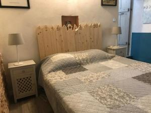 A bed or beds in a room at le luberon des artistes