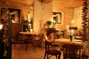 A restaurant or other place to eat at Eglaines