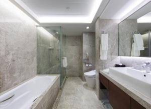 A bathroom at New World Millennium Hong Kong Hotel