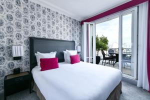 A bed or beds in a room at Maison Astor Paris, Curio Collection by Hilton