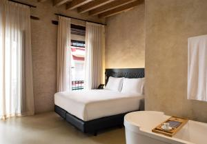 A bed or beds in a room at EME Catedral Hotel