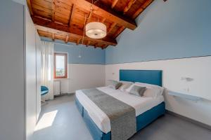 A bed or beds in a room at Appartamenti Arca & Ca' Mure