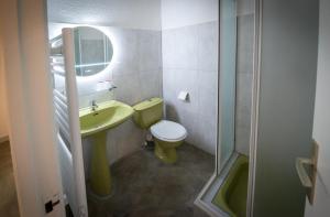 A bathroom at Résidence Le Mas Blanc by Popinns