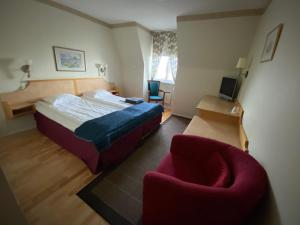A bed or beds in a room at Broby Gästgivaregård