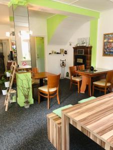 Ein Restaurant oder anderes Speiselokal in der Unterkunft Altstadt-Hotel Gosequell