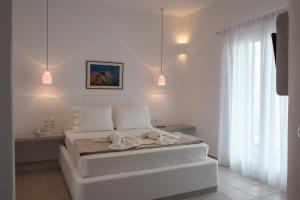 A bed or beds in a room at Tania Milos