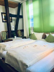Ein Bett oder Betten in einem Zimmer der Unterkunft Altstadt-Hotel Gosequell