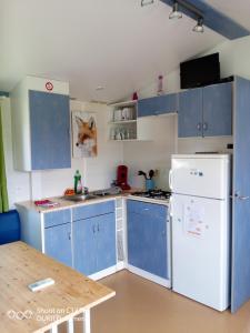 "A kitchen or kitchenette at Les chalets de Bes ""Le Campagnard """