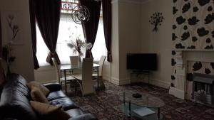 A seating area at Norwyn Court Holiday Apartments
