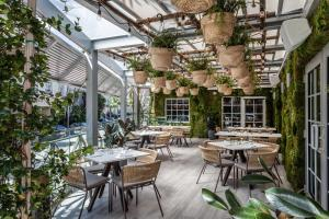 A restaurant or other place to eat at Lennox Miami Beach