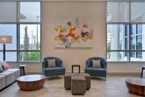 A seating area at Hilton Garden Inn Destin Miramar Beach, Fl