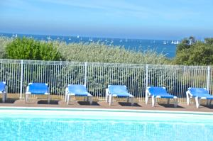 The swimming pool at or near Appartements Résidence L'Estran