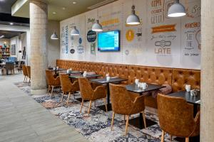 A restaurant or other place to eat at Holiday Inn Manchester - City Centre