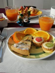 Breakfast options available to guests at Lakkios