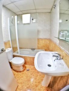 A bathroom at Apartamentos Resitur