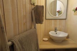 Salle de bains dans l'établissement La Naomath et D-Day Kota Hébergement Insolite