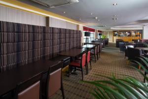 A restaurant or other place to eat at Holiday Inn Express London Luton Airport